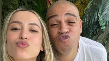 Adriano Imperador apresenta namorada à família no Rio
