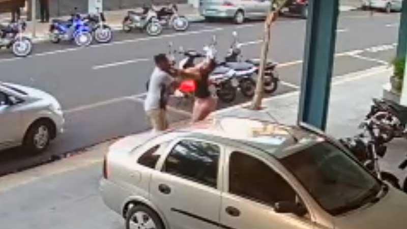 Vídeo: Mulher chuta porta de carro e é agredida por motorista de aplicativo
