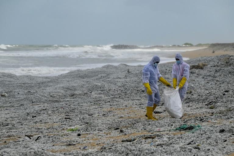 Praia do Sri Lanka é inundada de toneladas de plástico de navio incendiado