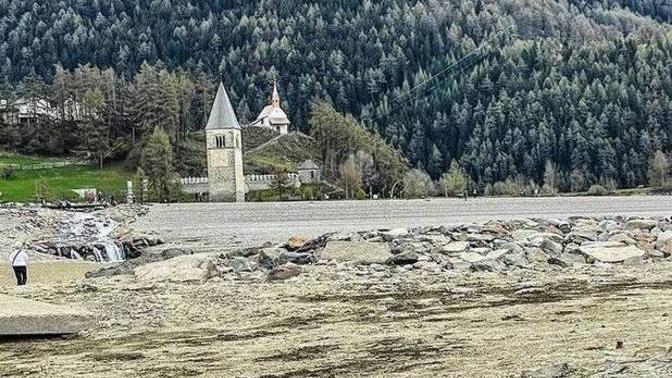 Após ficar submersa por 71 anos, vila italiana é vista novamente