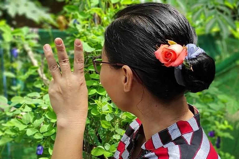 Birmanesa Aung San Suu Kyi agradece com flores a apoio de seguidores