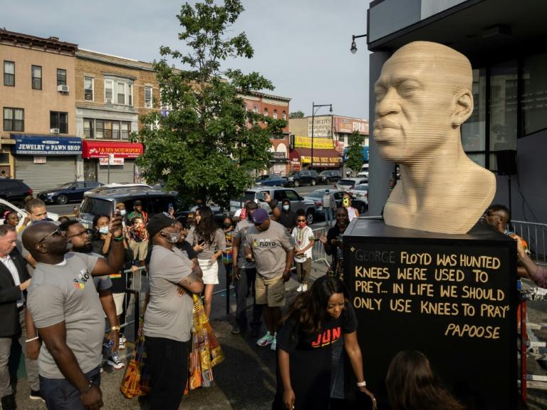 Grupo neonazista vandaliza estátua de George Floyd em Nova York