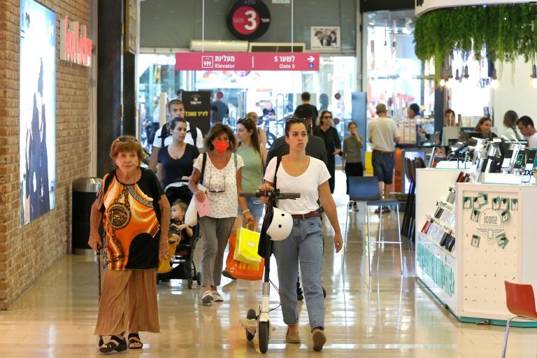 Israel retoma uso da máscara em locais públicos fechados após aumento de casos de covid-19