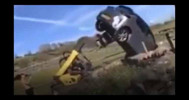 Fazendeiro usa empilhadeira e vira carro que bloqueava portão de sua propriedade; assista