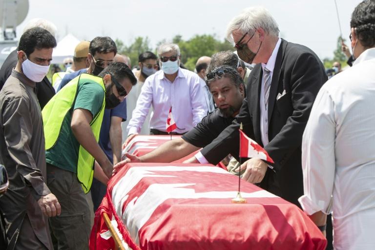 Canadá presta homenagem à família morta em atentado com caminhonete