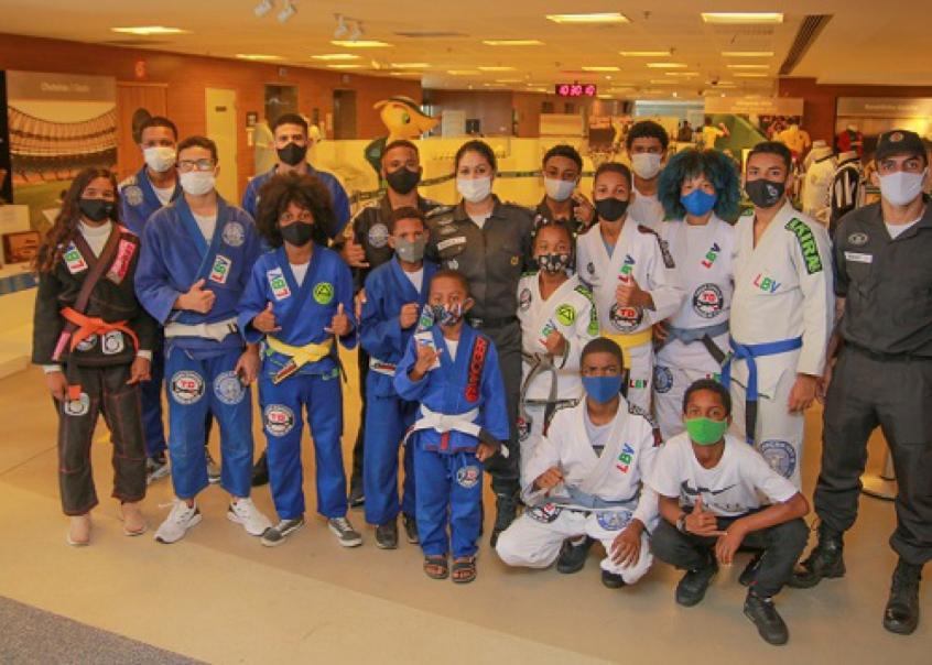 Palco de lutas de Hélio e Carlson Gracie, Maracanã comemora 71 anos com visita de crianças praticantes de Jiu-Jitsu