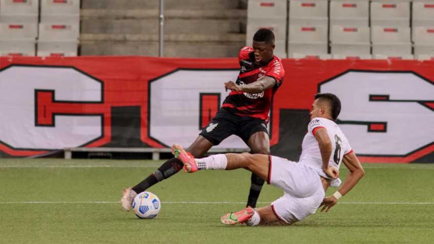 Em jogo movimentado, Athletico vence o Atlético-GO de virada e assume a liderança do Brasileirão