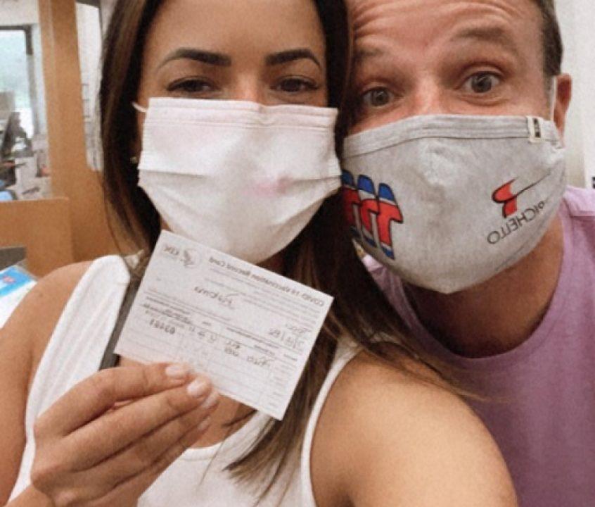 Acompanhada de Barrichello, Paloma Tocci é vacinada nos Estados Unidos: 'Viva a ciência!'