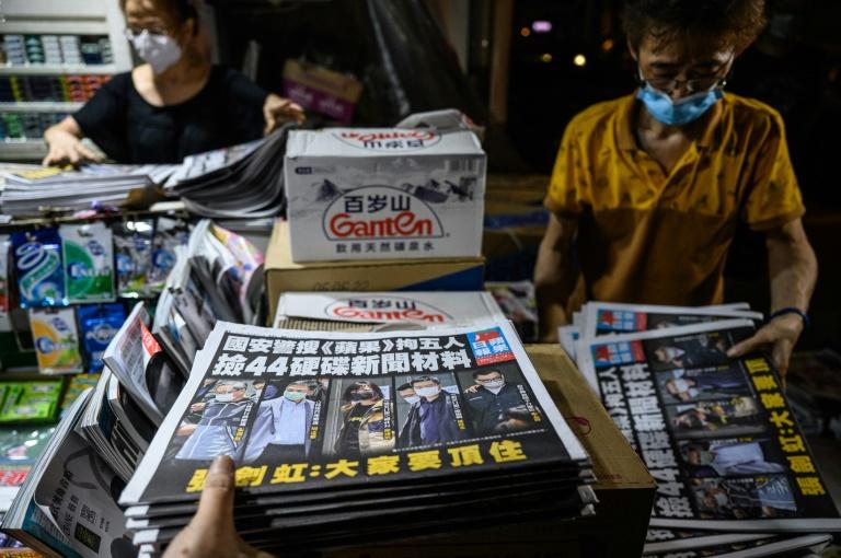 Jornal pró-democracia de Hong Kong publica edição em tom de desafio após operação da polícia