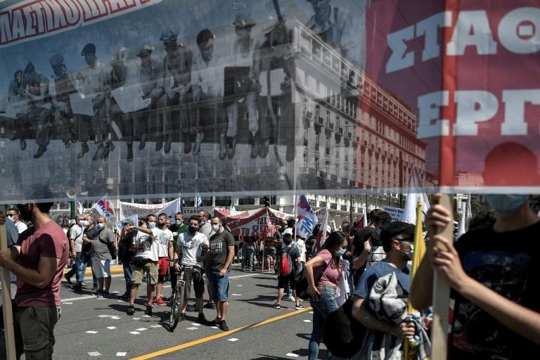 Grécia tem greves e protestos contra lei trabalhista