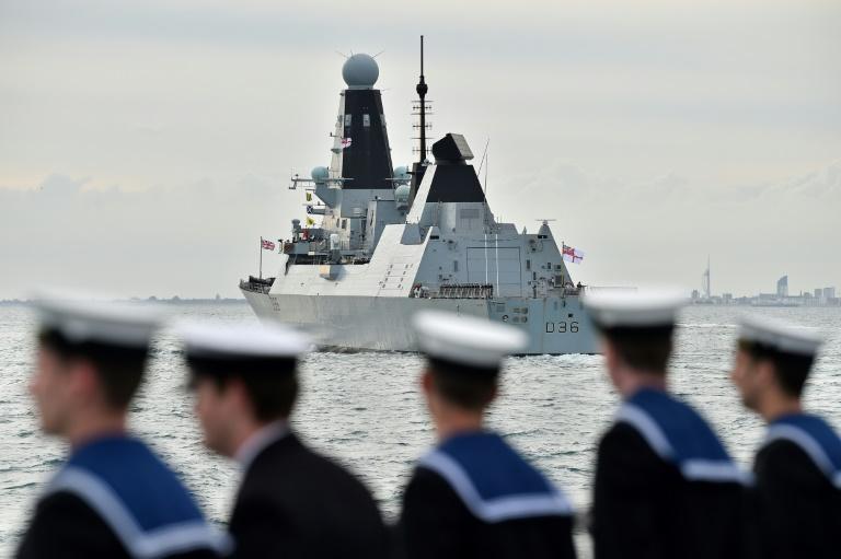 Rússia diz ter dado tiros de advertência contra navio britânico; Reino Unido nega