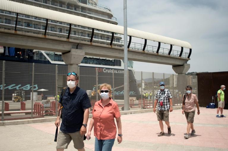UE abre as portas aos turistas americanos e franceses aposentam a máscara em locais abertos