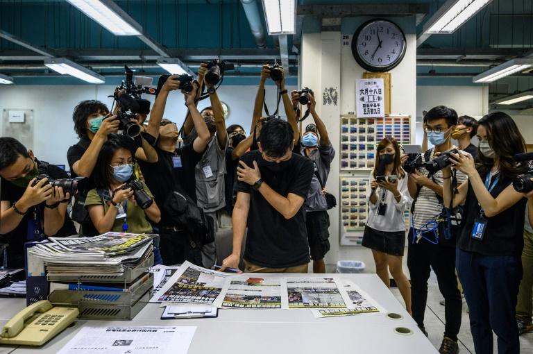 Dois executivos de jornal pró-democracia de Hong Kong acusados com base na lei de segurança