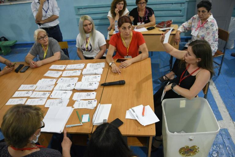 Armênios apuram votos de eleições legislativas imprevisíveis