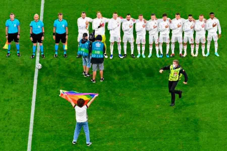 Ativista dos direitos LGBTQIA+ invade o campo de Alemanha x Hungria com bandeira arco-íris