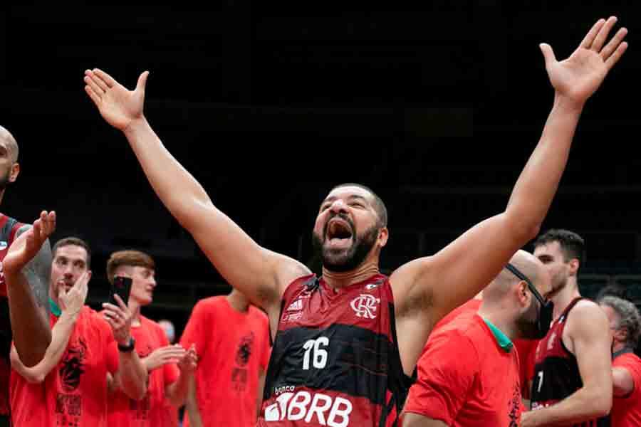 Flamengo anuncia renovação de Olivinha, e ídolo comemora: 'Vou dar a minha vida'