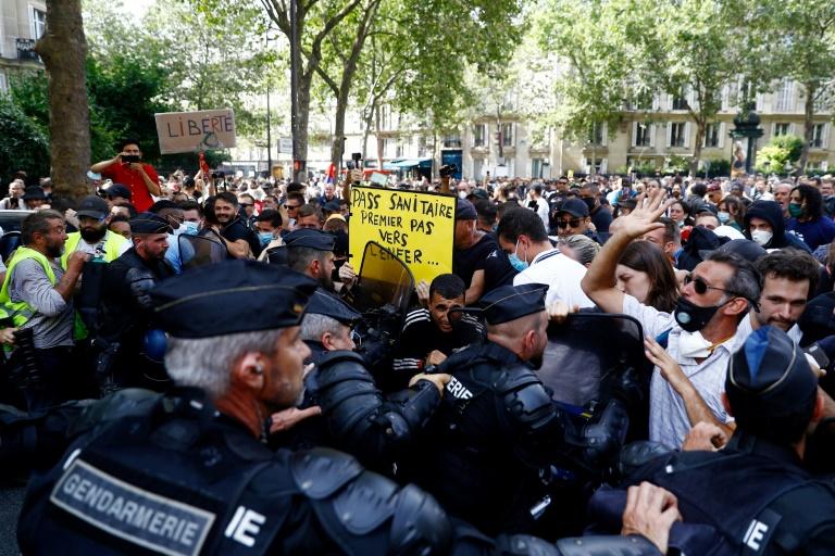 Milhares de pessoas protestam na França contra restrições anticovid