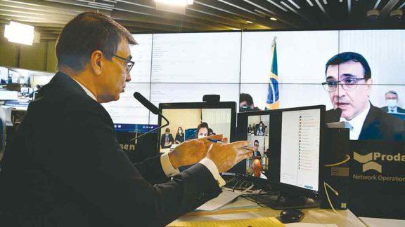 Devagar, o Ministério de Relações Exteriores extirpa a ideologia de isolamento baseada no guru Olavo de Carvalho