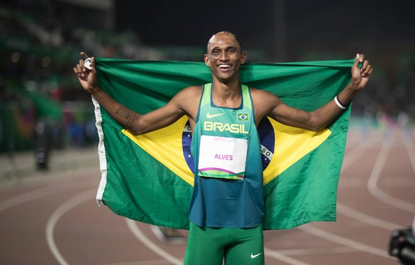 Esperança de medalha, Alison dos Santos se classifica para semifinal no atletismo