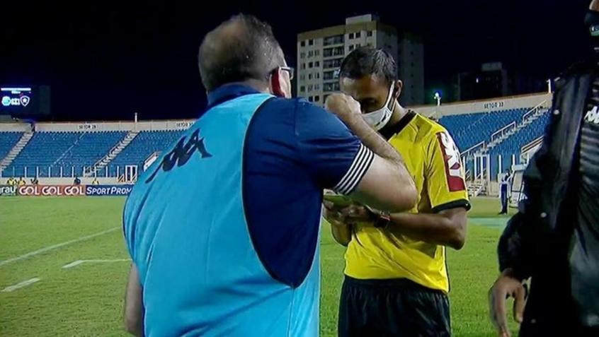 Técnico do Botafogo chama quarto árbitro de 'despreparado' e dispara: 'Vai trabalhar com vôlei'