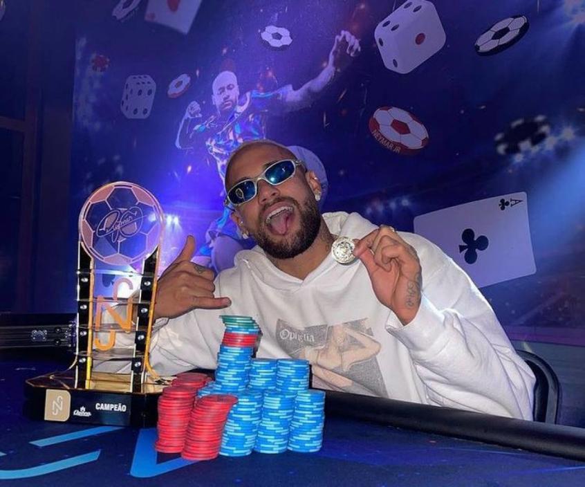 Será que mudou dígitos na conta? De férias, Neymar vence no pôquer e tira onda