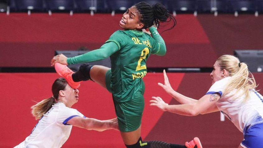 Seleção feminina de handebol luta, mas acaba derrotada pela Espanha