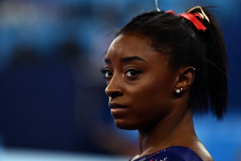 Simone Biles falha, se machuca é cortada da final por equipes da ginástica nos Jogos Olímpicos