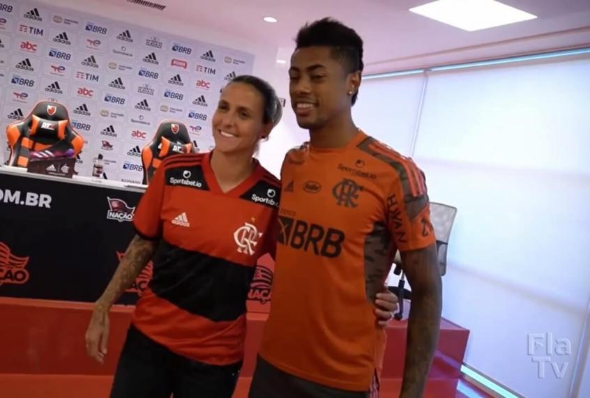 Camisa 27 do time feminino do Flamengo, Darlene encontra ídolo Bruno Henrique e se emociona; veja vídeo