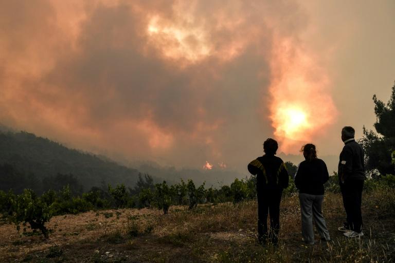 Incêndio florestal ameaça casas no subúrbio norte de Atenas