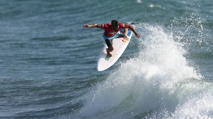 Brasileiro Ítalo Ferreira vence primeira bateria do surfe nos Jogos Olímpicos e avança para oitavas de final