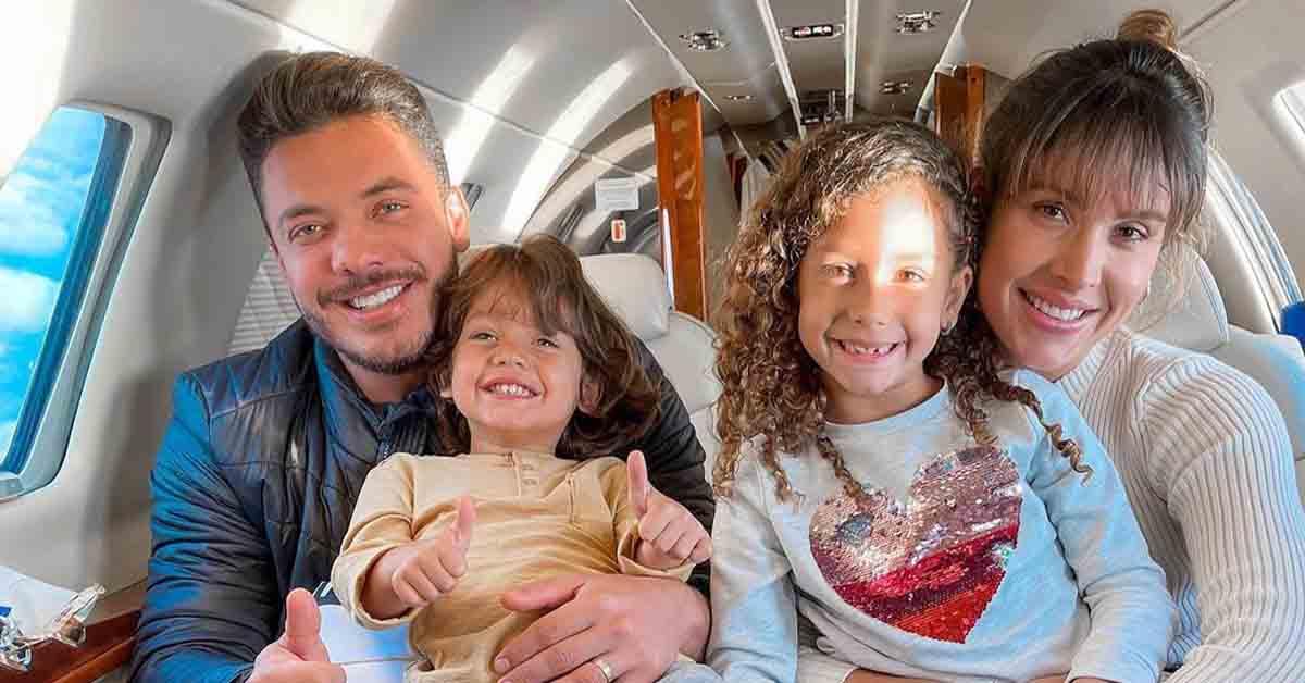 Wesley Safadão posta com a família em jatinho particular