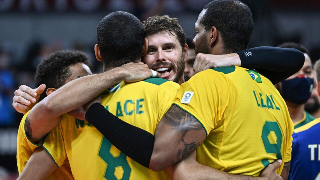 Vôlei masculino: Em partida sensacional, Brasil bate a França e se garante nas quartas de final
