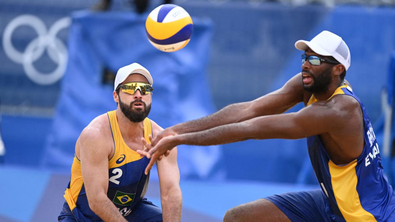 Vôlei de praia: Bruno Schmidt e Evandro perdem para letões e são eliminados da Olimpíada