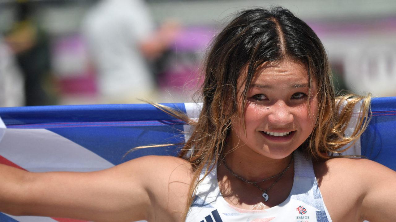 """Rayssa Leal, a """"fadinha do skate"""", chora com a medalha de bronze da amiga Sky Brown"""