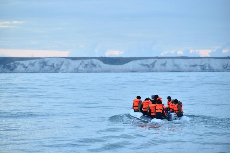 Número diário de migrantes em travessia pelo canal da Mancha bate recorde