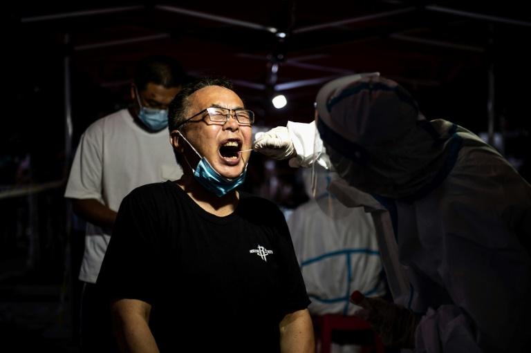 Testes em massa na China expõem nível mais alto de infecções por covid desde janeiro