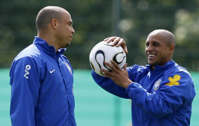 Roberto Carlos diz que se colocava no ataque com Ronaldo no videogame: 'Todo mundo fala isso pra mim'
