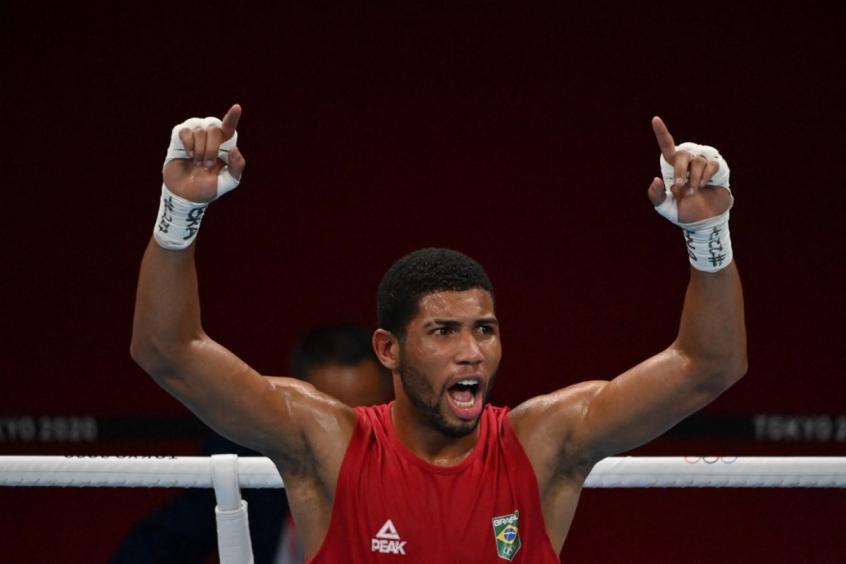 Hebert Souza avança às semis no boxe, garante no mínimo o bronze, e diz: 'Eu mereço pra c******'