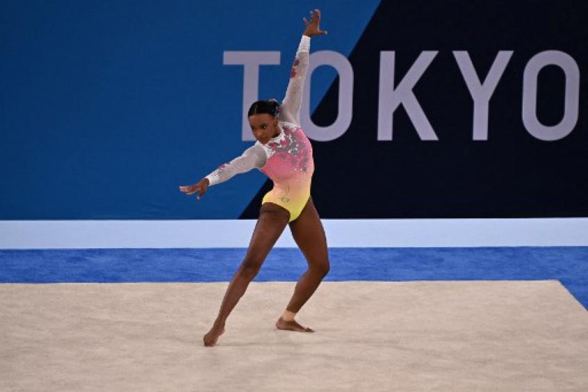 Rebeca Andrade pisa fora e fica em quinto na final do solo da ginástica artística nos Jogos Olímpicos