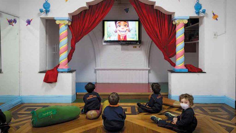 RECURSO VISUAL Crianças de  3 a 5 anos têm  aula presencial  com apoio de informática no fundamental