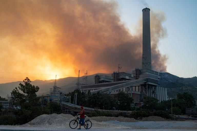 Incêndios ameaçam termelétrica na Turquia e assolam a Grécia