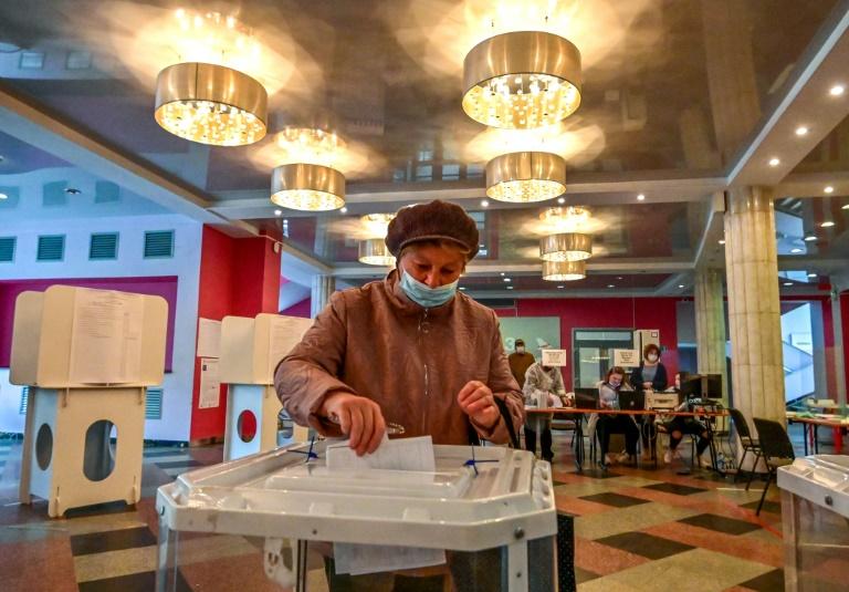 Partido de Putin reivindica maioria nas legislativas; oposição denuncia fraudes