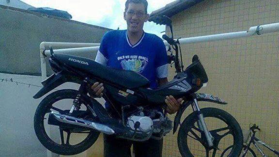 """Homem mais alto do Brasil terá que amputar a perna e faz """"vaquinha"""" para prótese"""
