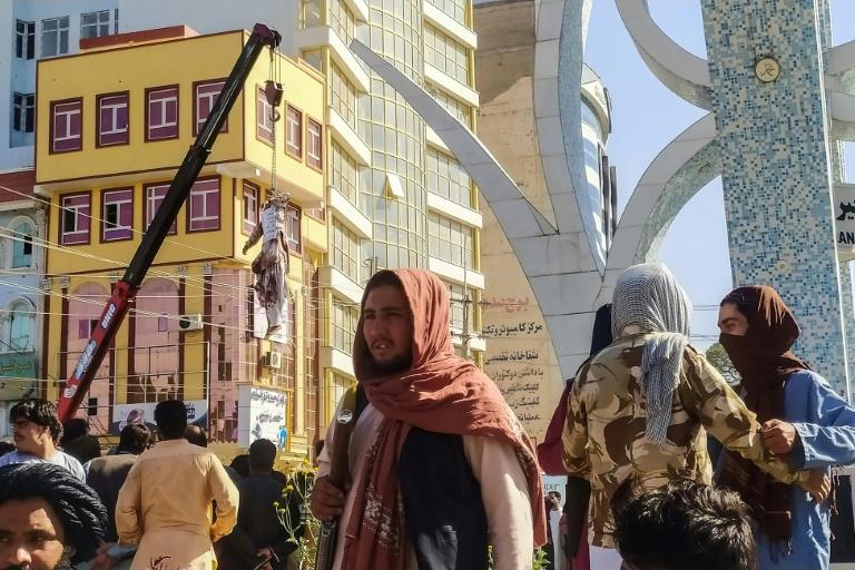 Talibãs exibem corpos de sequestradores em cidade no Afeganistão