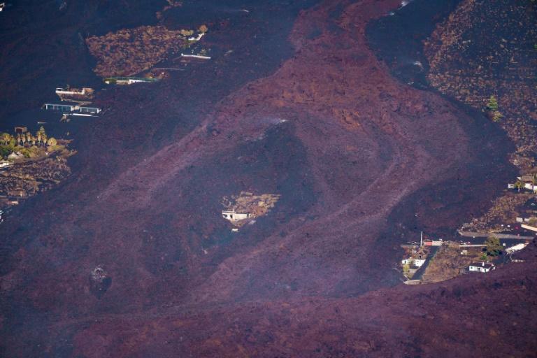 Lava de vulcão das Canárias chega ao mar
