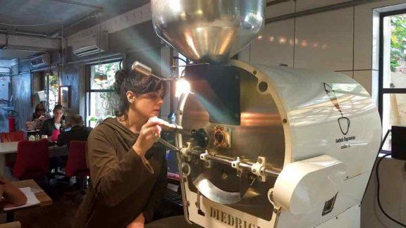 O café reduz a fadiga, aumenta o pique para o trabalho e tem ajudado a população a enfrentar a pandemia