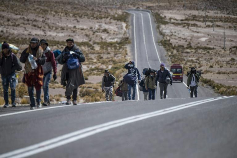 Centenas de venezuelanos cruzam da Bolívia para o Chile, apesar das ameaças de deportação