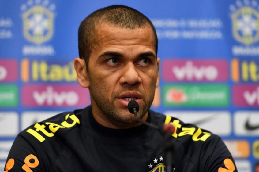 Jornalista argentino diz que Athletico disputa com Flamengo para contratar Daniel Alves