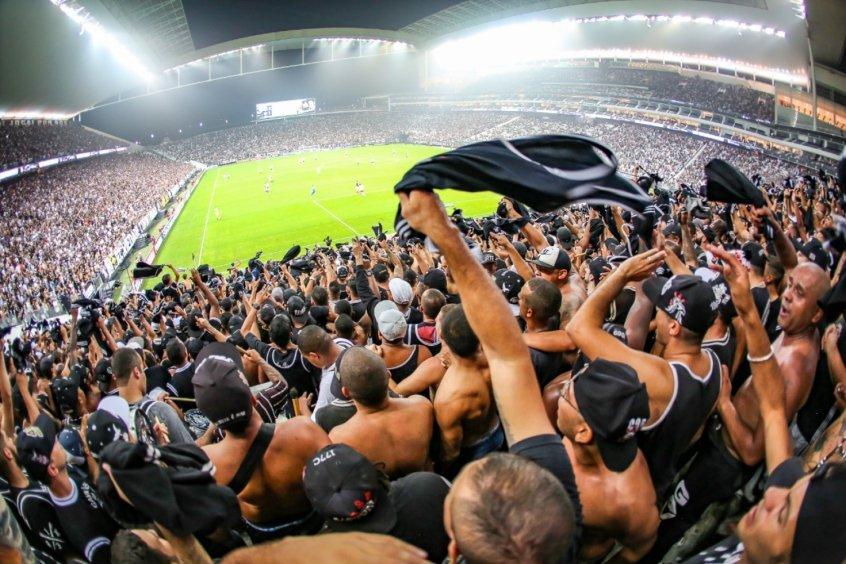 Corinthians celebra retorno do público aos estádios e destaca preocupações sanitárias
