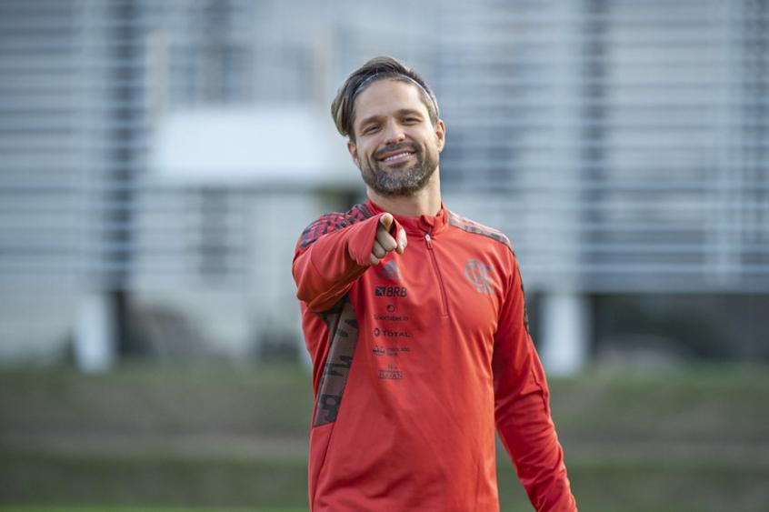 Reforço caseiro: Diego, do Flamengo, treina com o elenco e está disponível para enfrentar o Barcelona